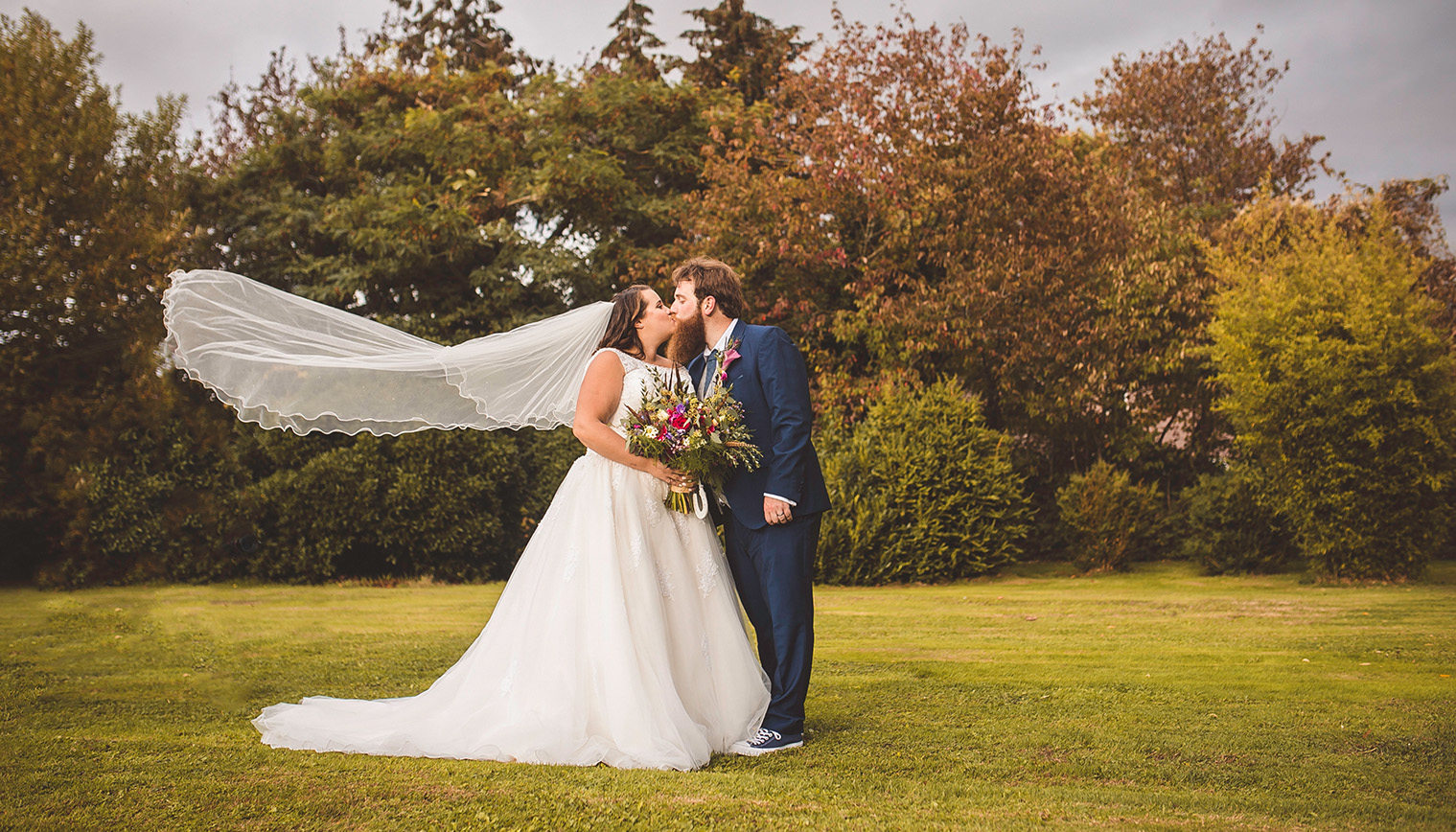 this couple chose a barn wedding venue in Worcestershire for their autumn themed wedding
